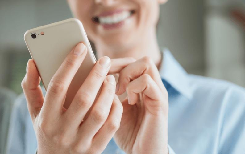 Frau bedient Mobiltelefon